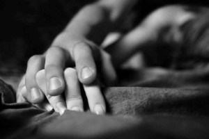 bad-black-and-white-couple-hold-hand-love-favim-com-160916